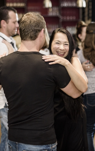 Schrittvermittlung_Tanzschule_Berlin_Friedrichshain_Paartanz_Tanzkurse_Walzer_Disco-Fox_Hochzeitstanz_West-Coast-Swing_Kindertanzen_-Linedance_Tango-Argentino_Salsa